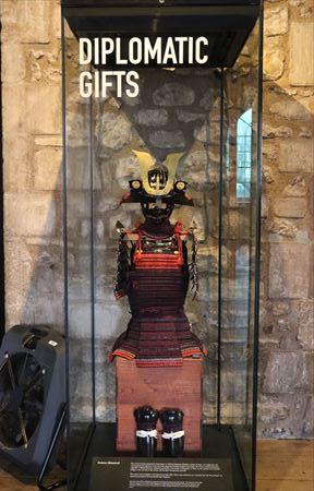 日本の鎧兜。1613年に徳川秀忠がジェームス1世に通商条約締結の記念に贈ったもので、もともとは武田勝頼のものだったという説明が書かれていました。17世紀中ごろからタワー内に展示されていたようです