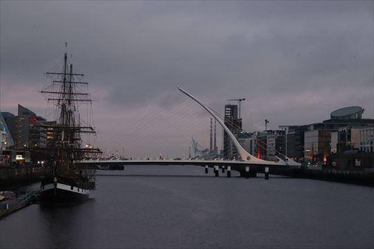 左の帆船がジーニー・ジョンストン号。内部は飢饉に関する資料館になっているようです