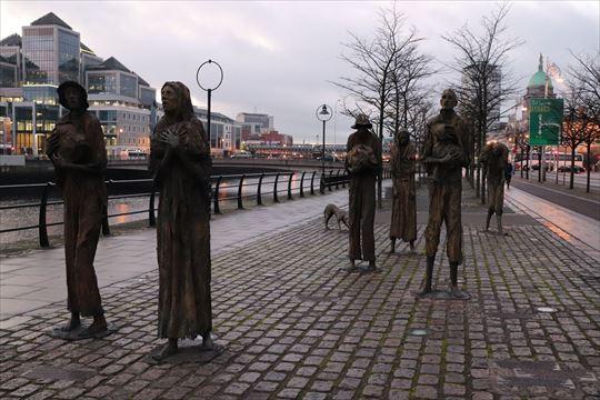 リフィー川沿いにある飢饉メモリアル像