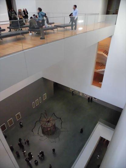 下の方にルイーズ・ブルジョワ氏の蜘蛛が見えます