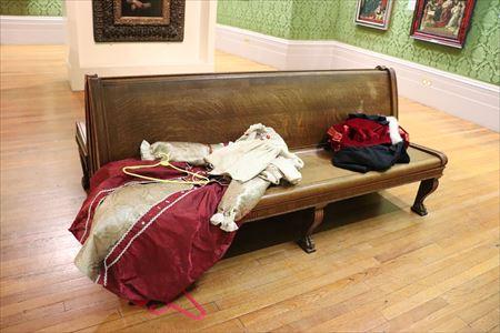 展示室内に昔の服が無造作な感じで置かれていました。展示室内でこのような服を着て写真がとれるのはユニークな体験です
