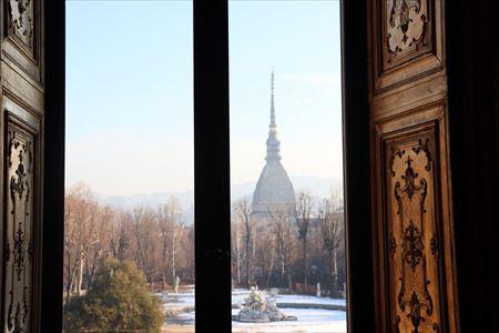 王宮から見た庭園。遠くに映画博物館があるモーレ・アントネッリアーナが見えます