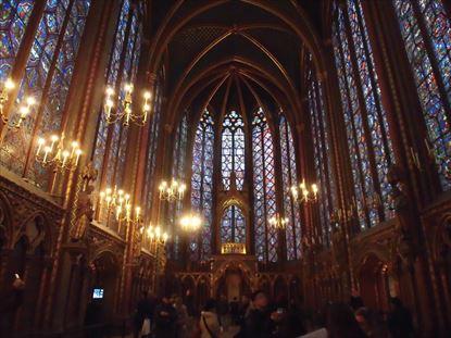 2階の礼拝堂のステンドグラスが美しい