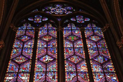 ステンドグラスは創世期からキリストの復活までを描いているそうです