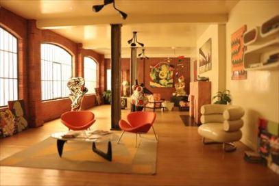 豪邸のリビング・ルームでしょうか。アート作品が部屋にあります