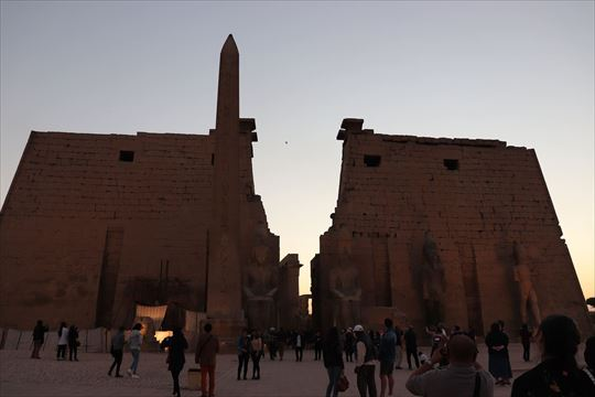 参考:エジプトのルクソール神殿。右側のオベリスクがパリに運ばれました