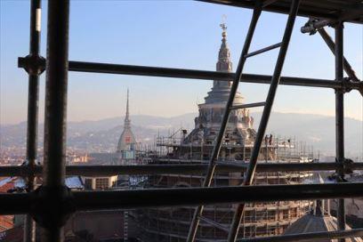 """大聖堂の塔から見た""""Cappella della Sindone""""。修復のため仮囲いされています"""