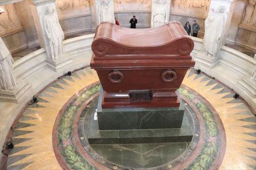 ナポレオンの棺。赤メノウの石棺。台座は緑の花崗岩