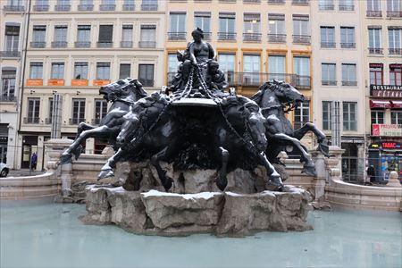 テロー広場にある像は「自由の女神」の作者によるものだとか