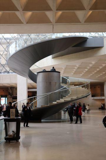 美しい螺旋階段。真ん中の円筒はエレベーターになっています