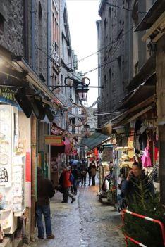 グラン・リュ(大通り)という名前ですが、ご覧の通り細い道。修道院へ続く参道です