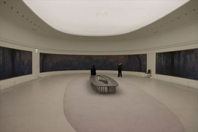 展示室中央にはベンチもおかれゆっくりと鑑賞することができます