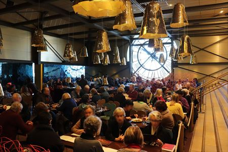 レストラン。ここにも時計があります