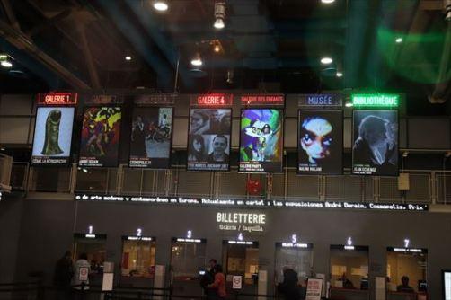 チケット売り場。各ギャラリーなどで何が行われているかわかり、これを見るだけでもなんかワクワクします