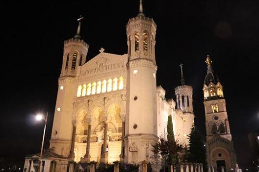 ライトアップされて美しい大聖堂