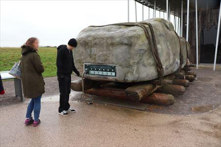 石の運搬方法。コロを使ったようです