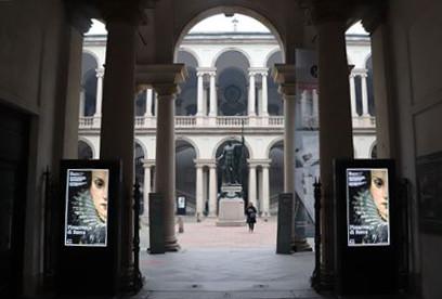 中庭にはナポレオン像
