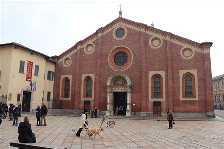 教会の正面入り口。左が「最後の晩餐」見学の集合場所