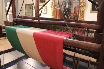 イタリア国旗を織った織機