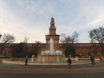 スフォルツァ城の正面。悪質なミサンガ売りもウロウロしてます