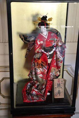 日本からの贈り物。この人形にほかにも端午の節句に飾るような兜もありました