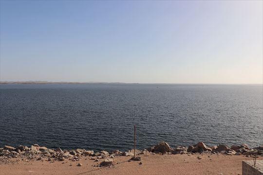 アスワン・ハイ・ダムによりできた人工の湖とは思えないほど巨大なナセル湖
