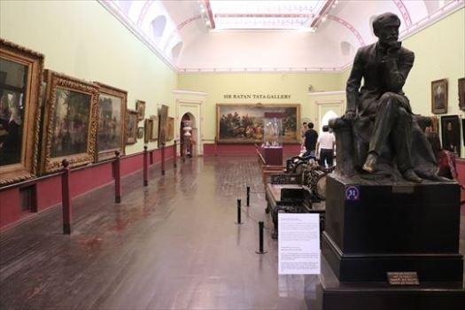 ヨーロッパ絵画の展示。彫刻はタタ財閥のトップ(たぶんコレクションの寄贈者)をモデルにしたいます