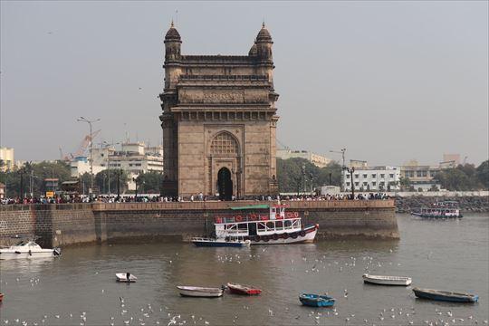インド門の裏側(海側:この写真の右側)にチケットの売り子さんと乗り場があります
