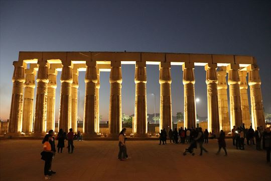 ライトアップされた神殿の列柱はとても美しかったです