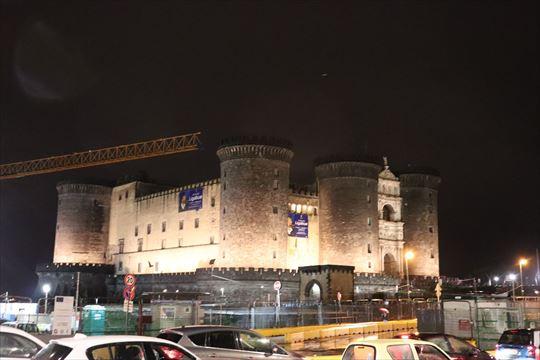 ライトアップされたヌオーヴォ城