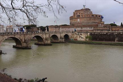 テヴェレ川とサンタンジェロ城。「ローマの休日」では橋のたもとの桟橋のようなところでダンス・パーティーが開かれていました
