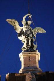 大天使ミカエルが剣をさやにおさめています。映画「天使と悪魔」にも登場します