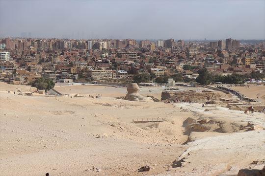 ピラミッドのある砂漠のすぐ近くまで街があります