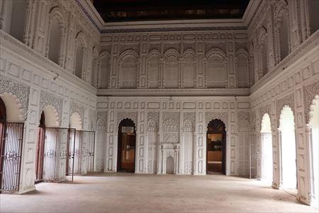 壁の細工や天井画も美しい広間