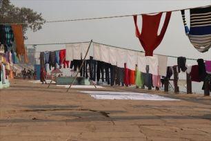 ガンジス川の岸辺に洗濯物がいっぱい干されていました