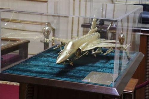 戦闘機購入の記念品でしょう