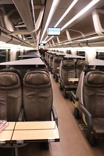 シートも普通席より少し高級でした