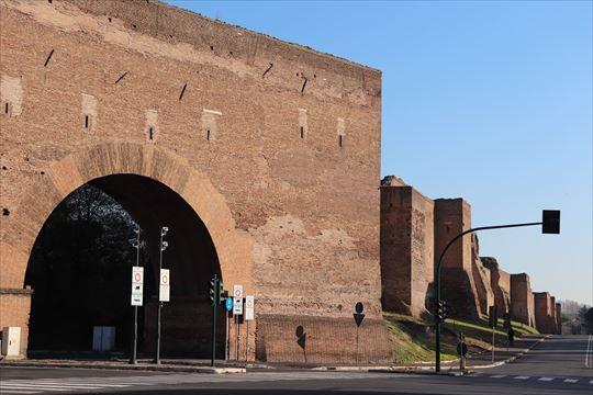 ローマは城壁で囲われています