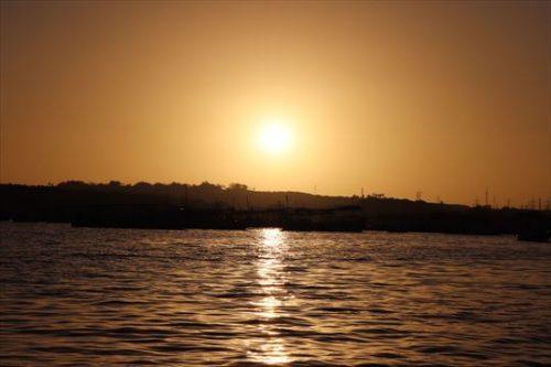 夕日を見ながら小舟で戻ります。ここの夕日もきれいでした