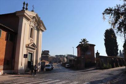 少し行くとドミネ・クォ・ヴァディス教会があります。ペトロがローマから逃れようとした時にキリストに会った場所に建てられている教会だとか