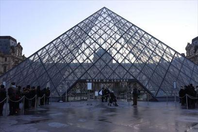 すっかり定着しているルーブルのピラミッド
