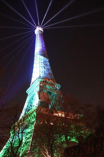 夜のエッフェル塔も美しいものです