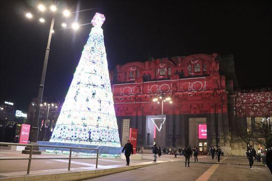 ミラノ駅前の巨大なツリー