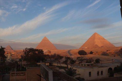 朝日のピラミッド