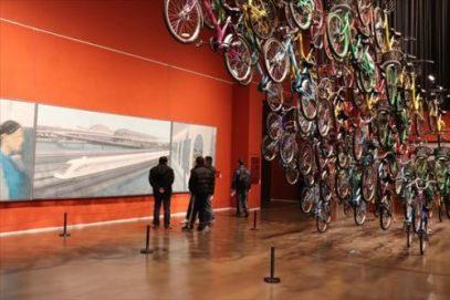 上海トランスラピッドの絵画と自転車のオブジェ