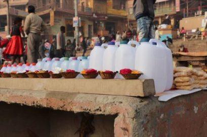 ガンジス川の水を売っているようです