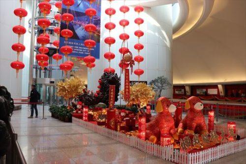 やはり旧正月のディスプレイ。欧米ではどこでもクリスマス・ツリーでしたが、中国文化圏では旧正月の飾り付けなんですね