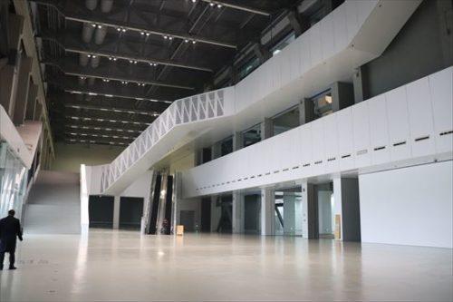 エントランスホール。天井が高いのはまさに発電所ならではかもしれません