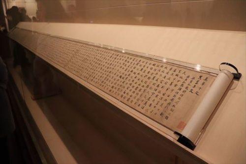 巻物の展示。確かに安定はするでしょうが、下側にべたっと付けた展示、日本ではなかなかみない展示方法です。斜台の角度も気になるところです
