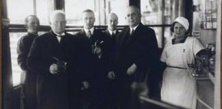 """Констянтин Пятц в компанії Раймунда Яроша біля джерела """"Нафтуся"""", 1935 рік"""